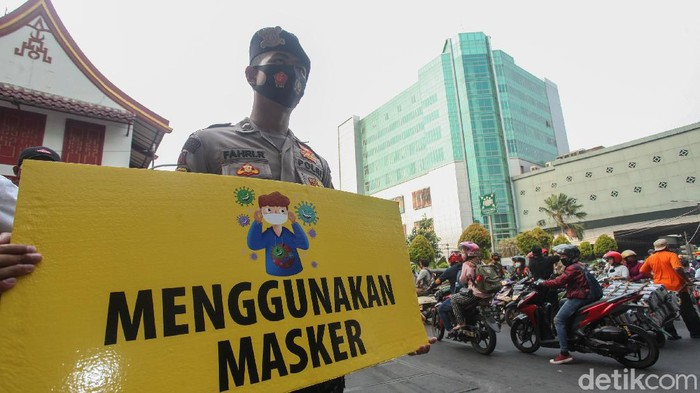 Sinergi TNI Polri terus berupaya melakukan pencegahan COVID-19 dengan membagikan masker, sembako hingga rompi di kawasan Pasar Tanah Abang, Jakarta.