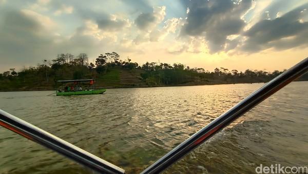 Di atas perahu pengunjung disajikan dengan keindahan alam. Mulai dari perbukitan yang mengelilingi Bendungan Logung hingga bisa melihat keindahan Gunung Muria dari atas perahu. Belum lagi saat sore hari bisa melihat keindahan matahari terbenam.
