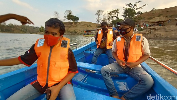 Pengunjung bisa memilih perahu untuk bisa menikmati keindahan alam. Untuk naik perahu, pengunjung dipatok harga Rp 15 ribu per orang.