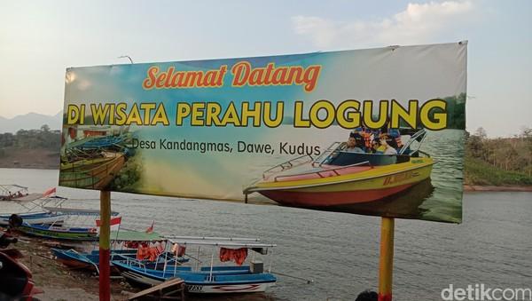 Untuk menuju ke objek wisata perahu Bendung Logung tidak jauh. Dari pusat kota Kabupaten Kudus dengan dermaga perahu di Desa Kandangmas Kecamatan Dawe, berjarak sekitar 11 km atau ditempuh dengan jarak 27 menit.