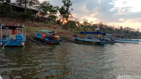 Objek wisata perahu di Bendungan Logung turut Desa Kandangmas Kecamatan Dawe, Kudus, Jawa Tengah menjadi pilihan di akhir pekan. Apalagi, di sana bisa menikmati keindahan pegunungan Muria dari atas perahu.