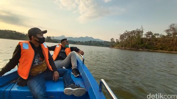 Pada saat naik perahu, kata dia pengunjung dilengkapi dengan pelampung. Karena menurutnya faktor keselamatan menjadi utama.