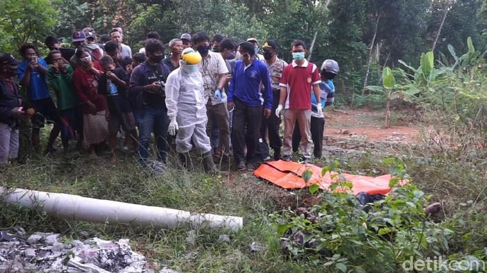 Sesosok mayat pria tanpa identitas, ditemukan di bawah jembatan Tol Pemalang-Batang kemarin sore. Proses evakuasi jadi tontonan warga.