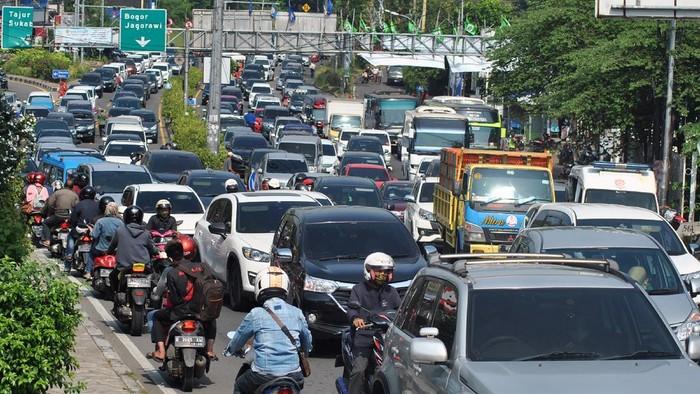Sejumlah kendaraan memadati jalur Puncak di Simpang Gadog, Kabupaten Bogor, Jawa Barat, Sabtu (12/9/2020). Jelang Pembatasan Sosial Berskala Besar (PSBB) total di wilayah Jakarta, arus lalu lintas kendaraan di jalur wisata Puncak, Bogor mengalami kepadatan di akhir pekan sehingga Satlantas Polres Bogor menerapkan sistem satu arah untuk mengurai kepadatan di jalur tersebut. ANTARA FOTO/Arif Firmansyah/hp.