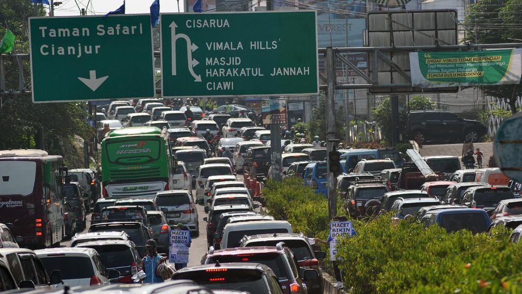 Jalur Puncak Padat Banget Jelang PSBB Jakarta