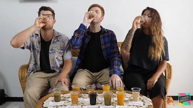 Orang Asing Coba Minum Jamu