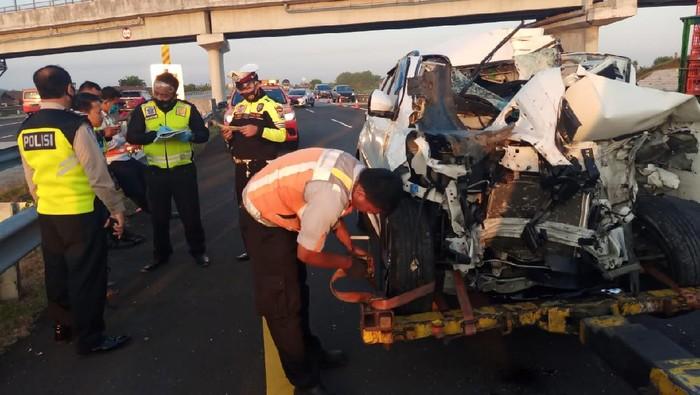 Mobil MPV Tabrak Truk Hingga Ringsek di Tol Jombang, Pengemudi Selamat