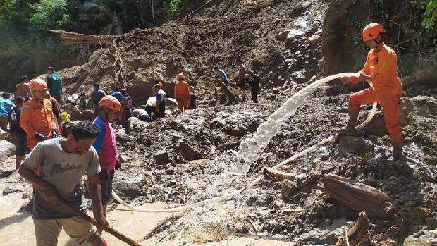 Proses pencarian warga korban banjir dan longsor di Bone Bolango, Gorontalo