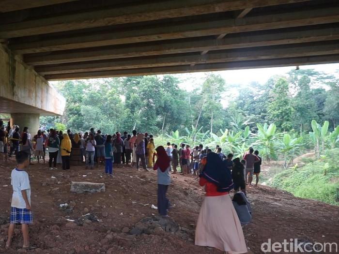 Suasana lokasi penemuan mayat dengan kaki-tangan terikat di bawah jembatan Tol Batang, Sabtu (12/9/2020).