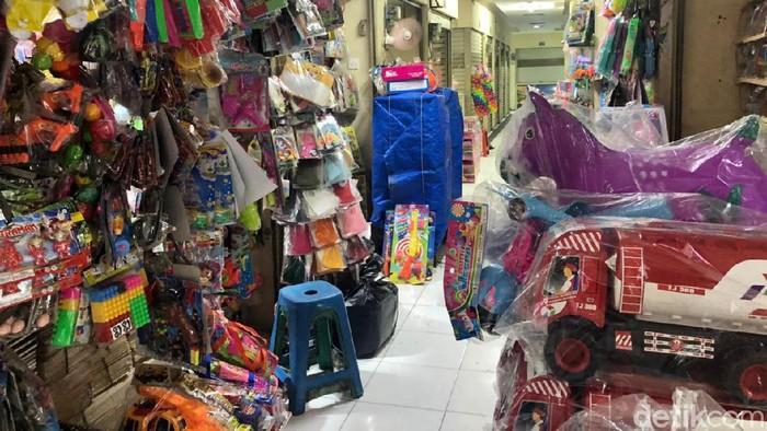 Sejumlah pedagang mainan Pasar Gembrong mengeluh sepi pengunjung sejak pindah ke lokasi baru, setelah tergusur karena pembangunan Jalan Tol Becakayu.
