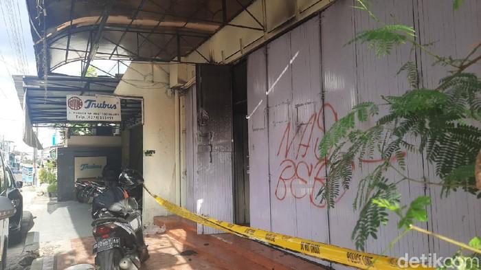Seorang karyawan bernama IY melakukan aksi bakar diri di Toko Roti Trubus Yogya. Kini, TKP tampak digaris polisi.