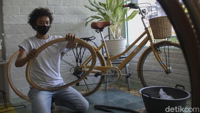 Nova Putra Pamungkas (berbaju abu-abu) pemilik usaha sepeda custom sedang menyelesaikan perakitan sepeda custom pesanan pelanggan di showroomnya yang beralamatkan di Prawirodirjan, Gondomanan, Yogyakarta, Sabtu (12/9/3020). Usaha perakitan sepeda custom ini diberi merek Swaspeda, yang didirikan sejak tahun 2015. Dalam satu hari, Nova Putra Pamungkas dibantu dua asisten mampu merakit dua sepeda yang  dijual seharga 3 Juta Rupiah persepeda. detikcom/Pius Erlangga