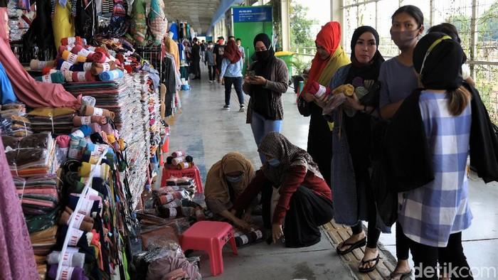 Penerapan PSBB secara ketat mulai diberlakukan di Jakarta mulai Senin (14/9) besok. Seperti apa kondisi di Tanah Abang jelang penerapan PSBB total di Ibu Kota?