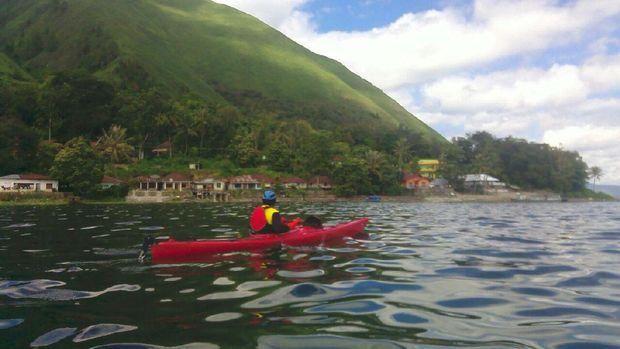 Bermain kayak merupakan aktivitas yang harus dicoba saat ke Danau Toba