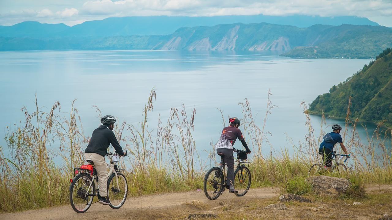 Bersepeda keliling Pulau Samosir juga jadi kegiatan seru saat berwisata ke Danau Toba
