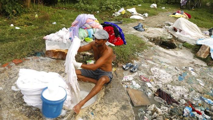Dhobi Ghat, tukang cuci tradisional, merupakan pekerjaan yang masih cukup diminati di India. Kain yang dicuci para dhobi tak gunakan mesin melainkan tangan.