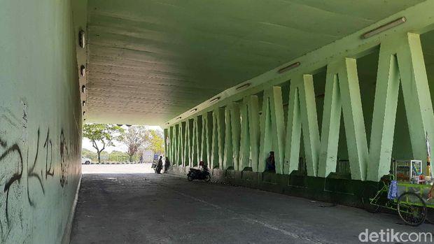 di bawah kaki jembatan suramadu