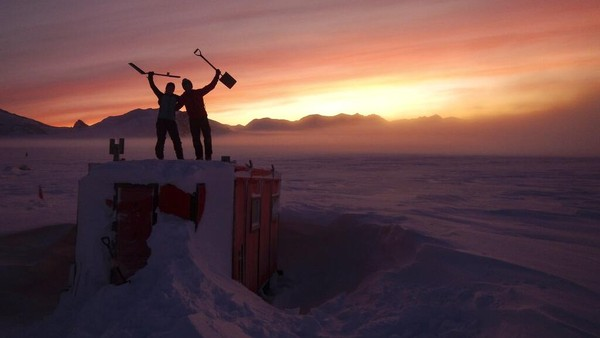 Saat ini, ada hampir 1.000 ilmuan dan orang lainnya yang menghabiskan musim dingin di atas es untuk melihat matahari untuk pertama kalinya dalam beberapa minggu atau bulan. Mereka mengupayakan agar tidak ada satu orangpun yang datang membawa virus Corona.