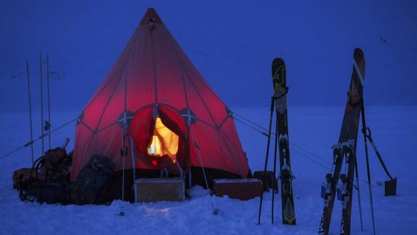 Pemandu lapangan, Rob Taylor, dari Stasiun Penelitian Rothera Inggris Raya di semenanjung Antartika mengatakan pada hari-hari sebelum virus Corona, isolasi jangka panjang, kemandirian, dan ketegangan psikologis adalah hal yang biasa bagi tim Antartika sementara seluruh dunia melihat kehidupan mereka senagai hal yang sangat ekstrem.
