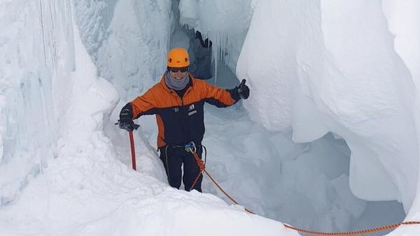 Seperti tim di Antartika, termasuk di Kutub Selatan, Taylor dan 26 rekannya harus mahir dalam semua jenis tugas di lingkungan komunal yang terpencil dengan sedikit ruang untuk kesalahan.