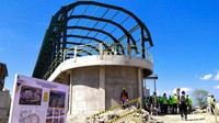 Puncak Waringin diketahui akan dijadikan sebagai destinasi unggulan Labuan Bajo. Desain bangunannya dikerjakan oleh arsitektur kondang, Yori Antar. Sang arsitek mengatakan bentuk bangunan tersebut terinspirasi dari gabungan adat bugis, bajo dan manggarai. Material yang digunakan adalah batu lokal.
