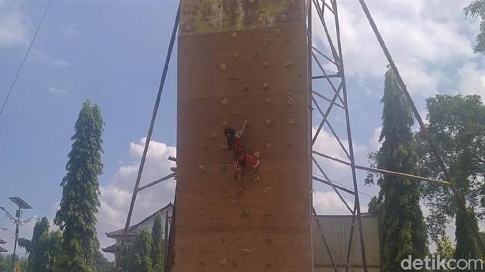 Nafisa Adelia (8), bocah asal Kabupaten Pekalongan yang lihai memanjat mengikuti latihan wall climbing setinggi 12 meter di Alun-alun Kajen. Berikut potretnya.