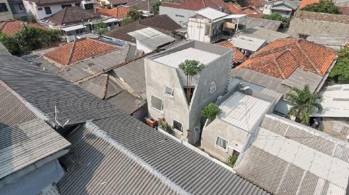 Rumah kecil di dalam gang Ibu Kota curi atensi dunia. Rumah ini dinobatkan sebagai Small Architecture+ Small Living by People Choice di ajang Architizer Award.