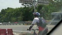 Penampakan Pesepeda Lawan Arah di Tol, Jersey Komunitas Mana Nih?