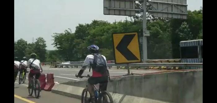 Pesepeda masuk tol