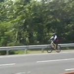 Sepeda Lawan Arah di Tol: Kalau Mau Celaka Jangan Bawa Orang Lain!