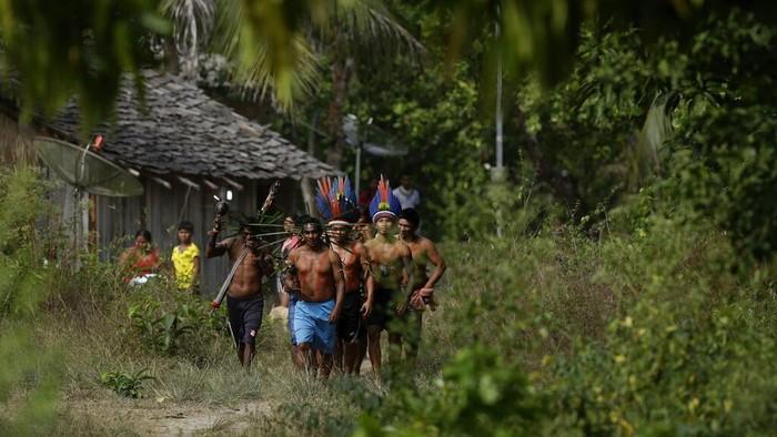 Suku asli Brasil, Tembe, menggelar pesta perayaan karena berhasil lalui enam bulan tanpa kasus infeksi Corona. Mereka percaya bahwa bisa selamat dari pandemi.