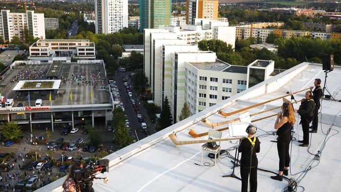 Sejumlah musisi di Jerman punya cara unik nan menarik agar tetap dapat hibur masyarakat di tengah pandemi COVID-19. Yakni dengan gelar konser musik di atas atap