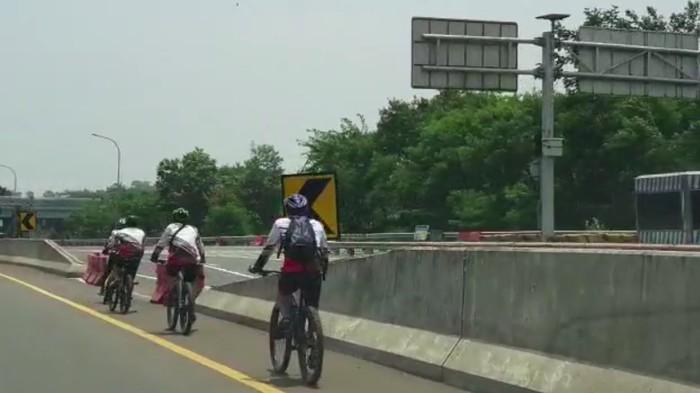 Viral Sepeda Masuk Tol di Bogor