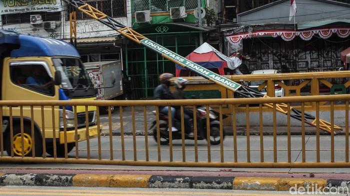Palang underpass Tanah Abang patah dan tak dapat digunakan. Palang underpass itu dilaporkan patah usai dihantam truk.