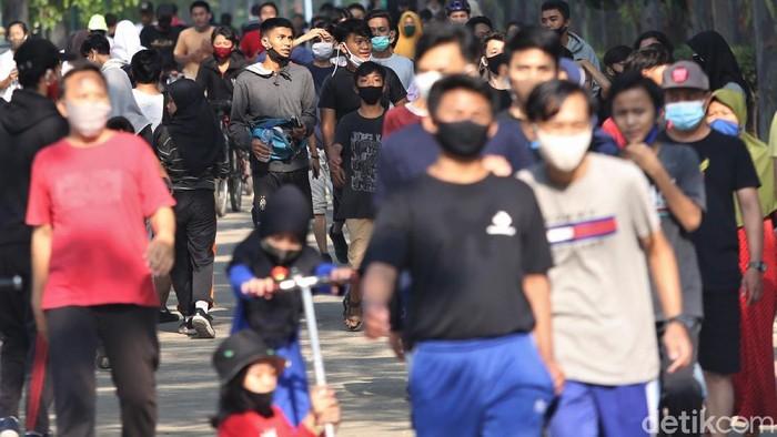 Pemprov DKI Jakarta kembali terapkan PSBB ketat mulai Senin (14/9) besok. H-1 jelang PSBB total, sejumlah warga tampak padati kawasan BKT untuk olahraga.