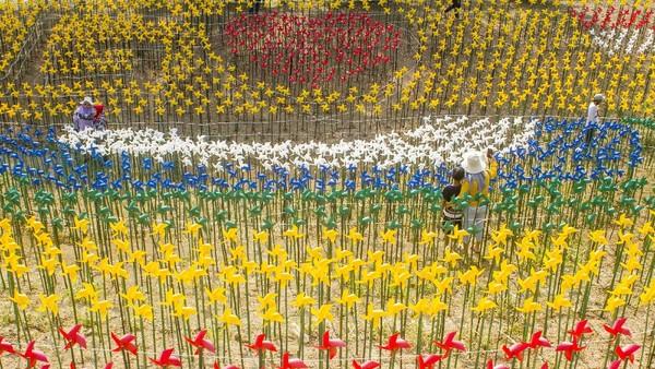 Foto terpopuler pertama ada soal Taman Kincir Angin Marigold Garden di Karawang jadi alternatif destinasi wisata di akhir pekan. Di sana warga dapat berfoto dengan latar ribuan kincir angin. Foto: ANTARA FOTO/Muhamad Ibnu Chazar