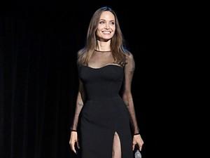 Angelina Jolie Selalu Bawa Skincare Rp 1,8 Juta di Dalam Tas, Ini Alasannya
