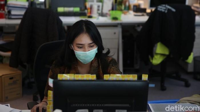 PSBB ketat di DKI Jakarta mulai diberlakukan hari ini. Kapasitas karyawan dalam gedung perkantoran baik pemerintah maupun swasta dibatasi maksimal hanya 25 persen.