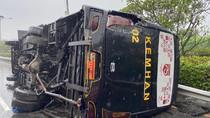 Bus Kemenhan Terguling di GT Cililitan