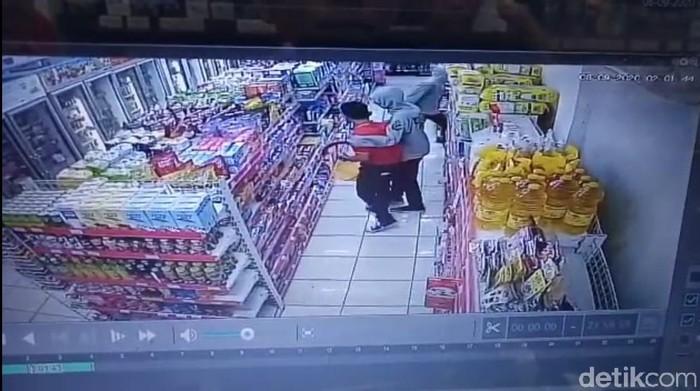 CCTV perampok bercelurit satroni minimarket di Bekasi (Tangkapan layar)