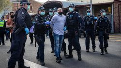 Duh, Polisi Diinjak-injak Demonstran Anti-Lockdown di Melbourne