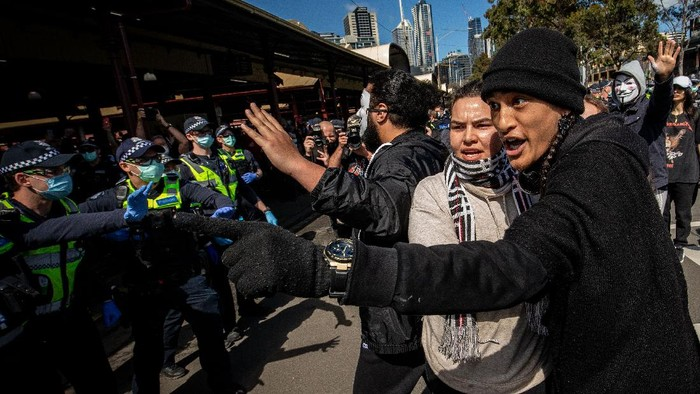 Sedikitnya 74 orang ditangkap dalam unjuk rasa anti-lockdown virus Corona (COVID-19) yang digelar di Melbourne, Australia.