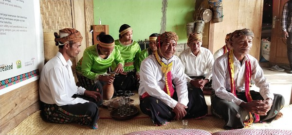 Setelah itu wisatawan diajak masuk ke dalam rumah adat untuk mendengarkan sambutan tetua adat. (Bonauli/detikcom)