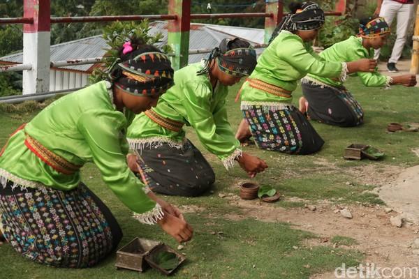 Selama di sana wisatawan akan dihibur dengan berbagai macam tarian, yang ini namanya tarian sirih pinang. (Bonauli/detikcom)