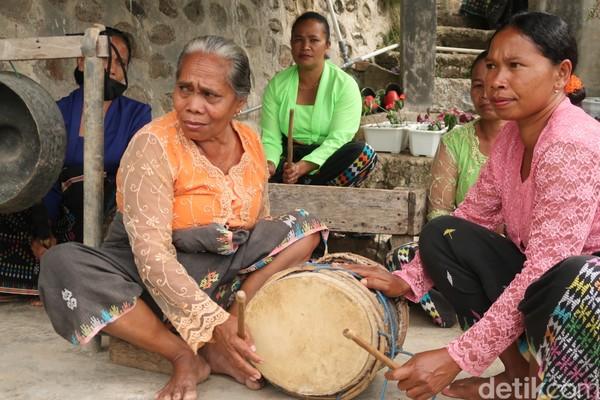 Uniknya semua pemain musik harus perempuan. Karena musik memiliki simbol kelembutan dan wanita adalah sosoknya. (Bonauli/detikcom)