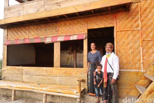 Inilah Kristoforus Nison dan keluarga yang menjadi pendiri dari desa adat Liang Ndara. (Bonauli/detikcom)