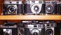 Beragam koleksi milik Jim itu antara lain kamera stereo tiga dimensi dan kamera yang diproduksi negara-negara Eropa Timur. Di salah satu sisi lemari penyimpanan terlihat kamera jenis Kodak Retina dan Retinette tersimpan di sana. Istimewa/Dave Smith via BBC Indonesia.