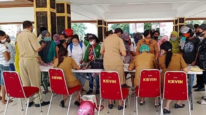 Dukcapil Ambon pindah lokasi pengurusan e-KTP lantaran 15 pegawainya positif COVID-19 (Foto: Muslimin Abbas/detikcom)