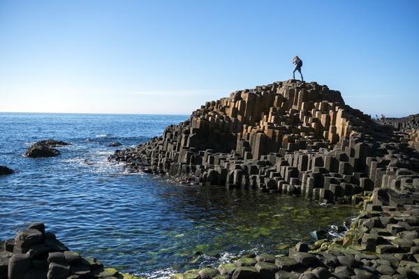 Legenda mengatakan, bahwa Giants Causeway dibangun oleh raksasa yang bernama Fionn. Dia membangun jalan lintas setelah ia ditantang bertarung oleh raksasa Skotlandia. Jadi akhir dari jembatan ini adalah Gua Fingal dan menjadi titik pertemuan dengan raksasa Skotlandia.