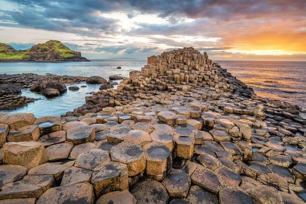 Seperti inilah pemandangan di Pantai Giant Causeway, Irlandia Utara.